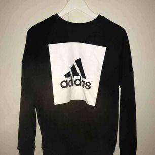Snygg sweatshirt med adidas logga lappen är bort klippt mem stl passar xs-m beredde på hur man vill ha den❤️