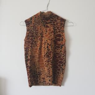 Fin Vintage turtleneck/polo topp med leopard liknande mönster. Står ingen storlek men passar mig som har s och den är strechig. Fin kvalité