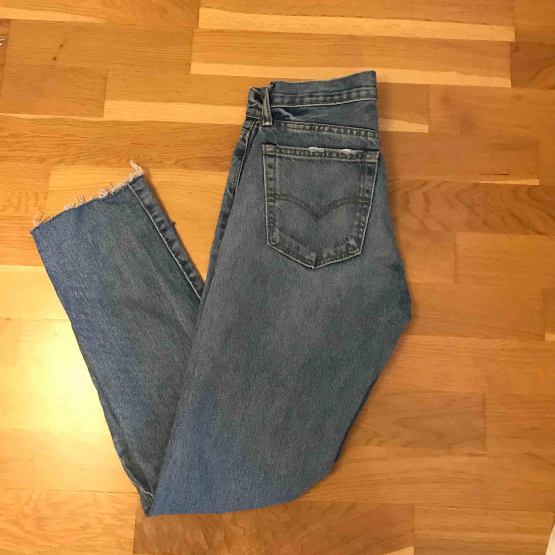 Jättesnygga Levi's 550 i storlek 26/30 (avklippta 34:or) som är för små för mig. . Jeans & Byxor.