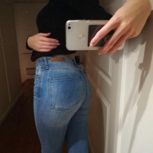Snygga jeans från Hm. Superbekväma och i bra skick, dock råkat få en minimalisk fläck (se bild 3) men den syns knappt.