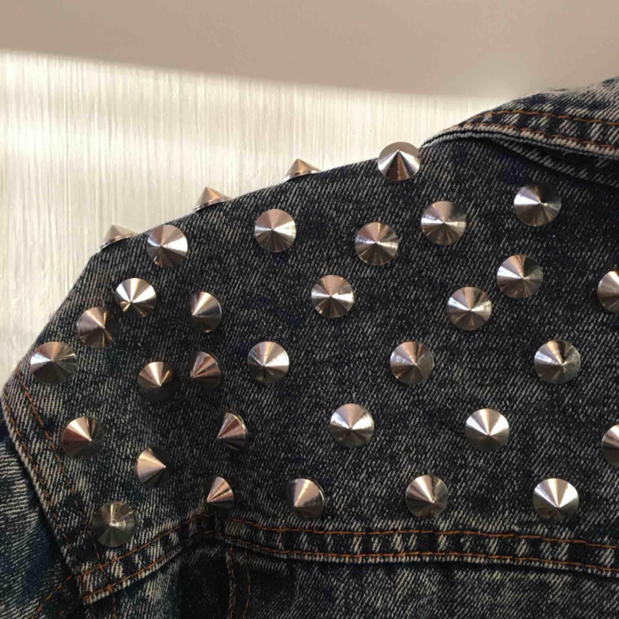 Tuff jeansjacka med nitar. Saknas en nit men går nog att ersätta med annan!  100kr+frakt. Jackor.