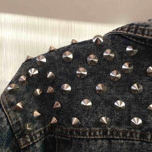 Tuff jeansjacka med nitar. Saknas en nit men går nog att ersätta med annan!  100kr+frakt