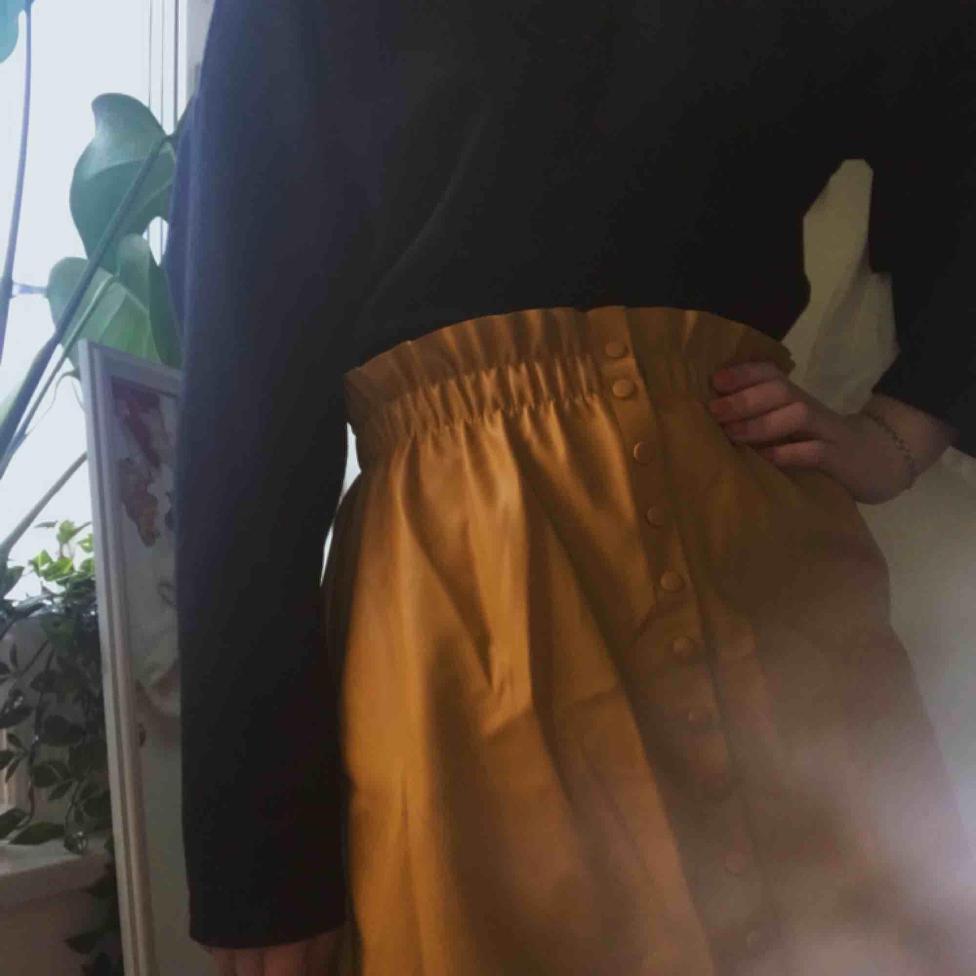 superfin gul kjol från zara, aldrig använd! den är i storlek medium men upplever att den är lite stor i modellen. kan mötas upp i stockholm eller frakta, men köparen står för frakten.. Kjolar.