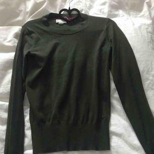 Skön tröja med guldknappar, knappt använd