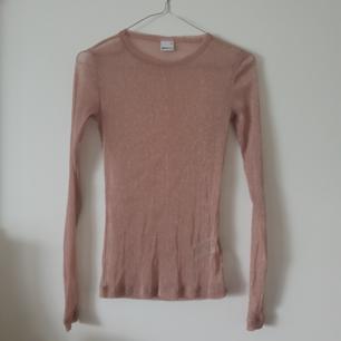 Fin glittrig rosa långärmad mesh topp från Gina tricot i storlek xs. Passar även s. Frakt är 12kr :)