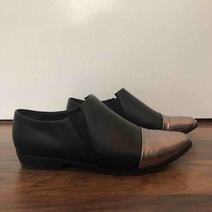 Skor från Bianco, använt fåtal gånger då skorna är väldigt trånga vid tårna så rekommenderas ej till breda fötter. Önskas fler bilder så säg till. Katter finns i hemmet, endast avhämtning i Borås och kan ta betalning via swish eller kontanter.