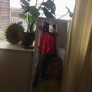 supercool röd kjol från zara i glansigt material! den är i storlek medium men upplever att den är något större i modellen. kan mötas upp i stockholm eller frakta, men köparen står för frakten!