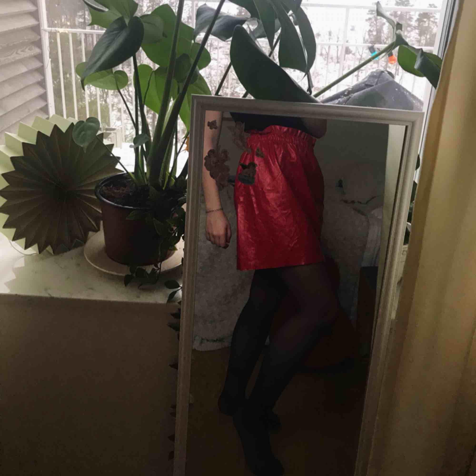 supercool röd kjol från zara i glansigt material! den är i storlek medium men upplever att den är något större i modellen. kan mötas upp i stockholm eller frakta, men köparen står för frakten! . Kjolar.