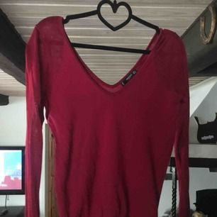 Fin röd tröja, valfritt att visa axlar eller inte. Tunnare tyg på armarna