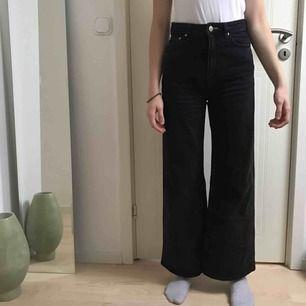 Svart/gråa jeans från weeday i modellen Ace, knappt använda  Frakt tillkommer på ca 80kr