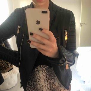 Skinnjacka i svart med sliverdetaljer från Chelsea i Göteborg. Köpt för 400 kr. Inte så använd, rätt så bra skick.