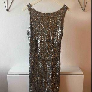Superfin paljettklänning från Zara med urringning i ryggen!