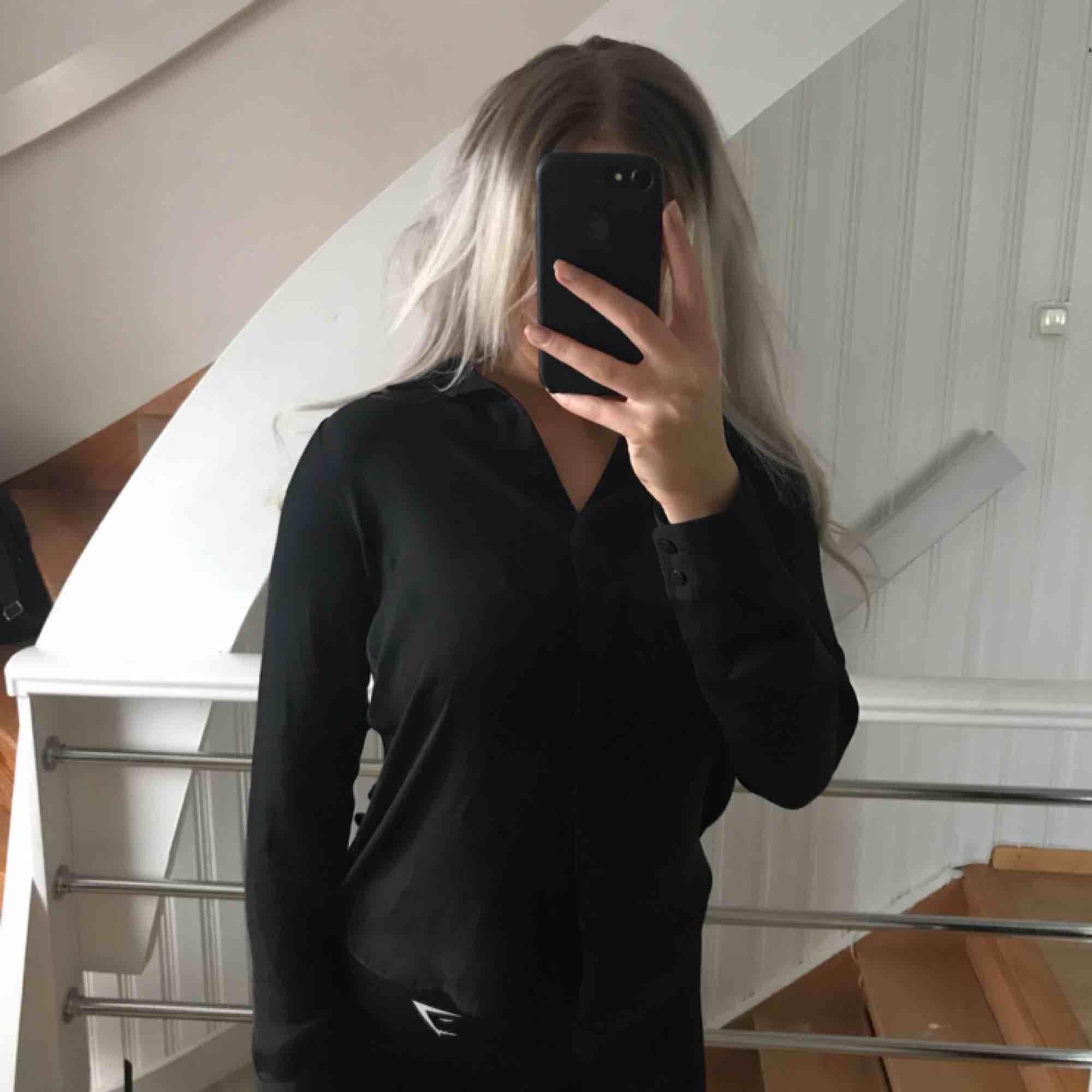 """Superfin enkel """"siden""""skjorta från H&M, sparsamt använd, ser ny ut! 😊. Toppar."""