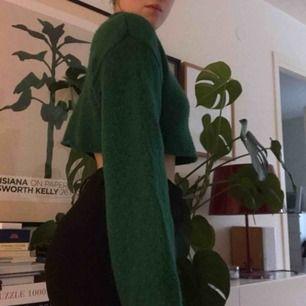 Mörkgrön croppad stickad tröja från monki!  Väldigt skön och varm! Köparen står för frakt 💖💖