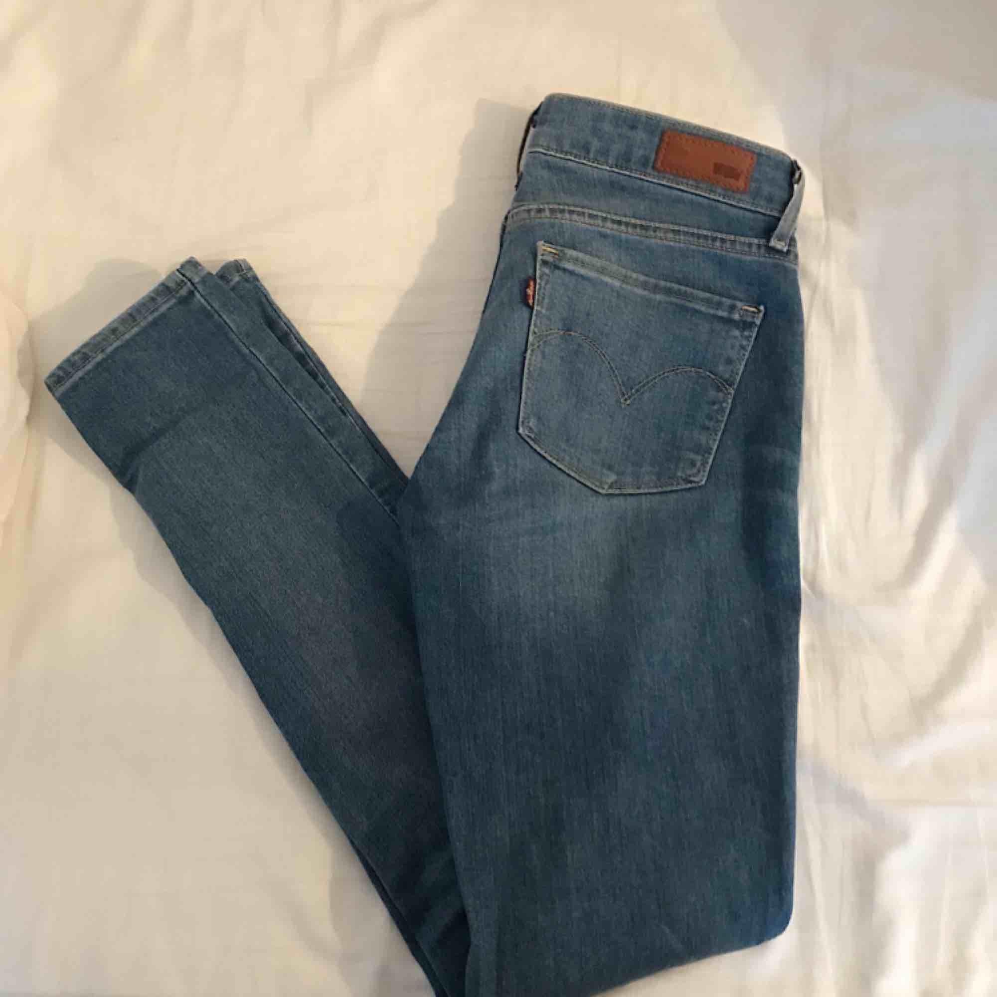 Sjukt snygga Levis Jeans med ett hål på ena knät  (Vänstra). De är i väldigt bra skick. Frakten är inräknat i priset. Jeans & Byxor.