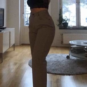 Gråa jeans som sitter sjukt bra! Använda vid 1 tillfälle så dom är som nya! Lee jeans Köparen står för frakt💖💖