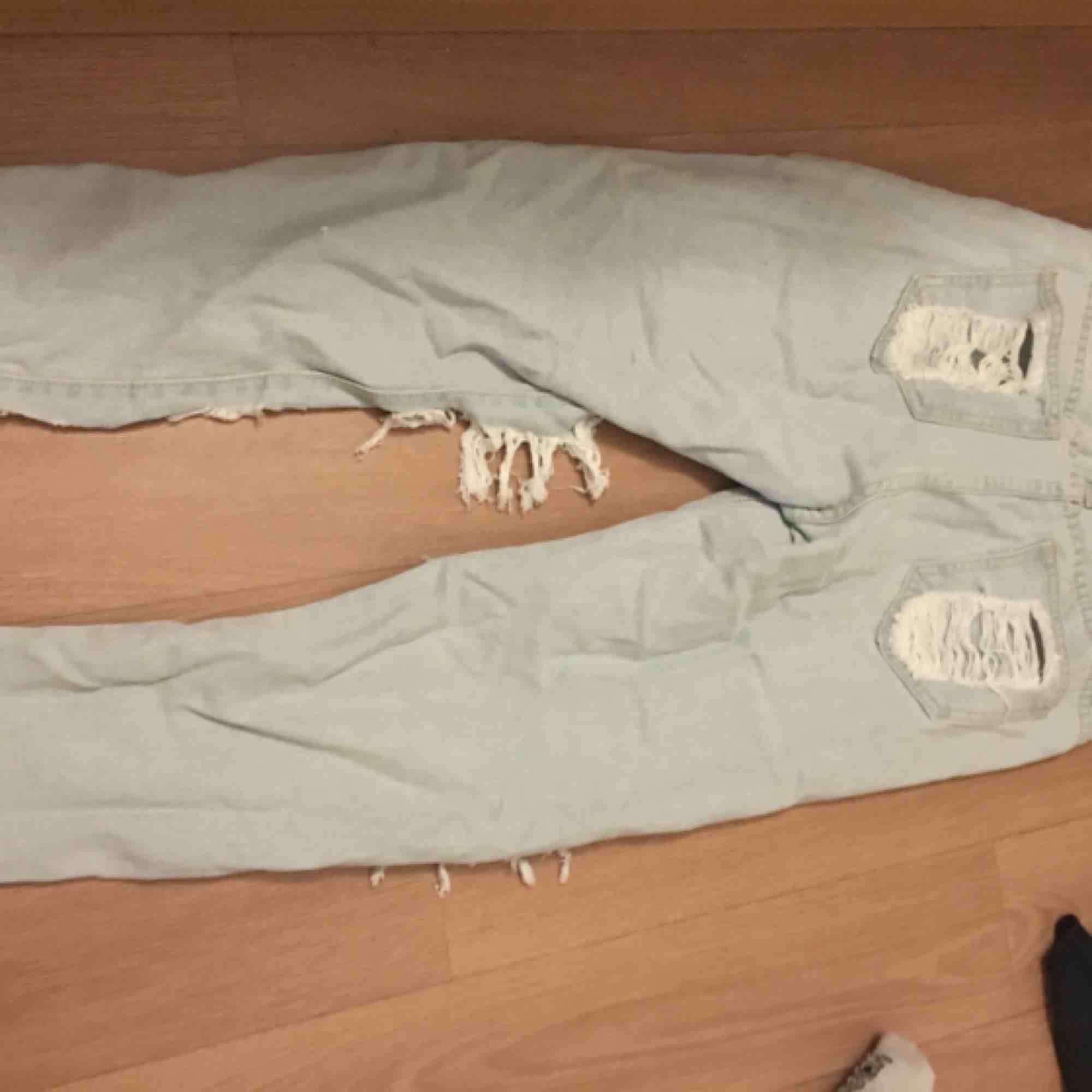 b92c02094cea ... slitna jeans XS aldrig använda då dom är för stora för mig. köparen  betalar för