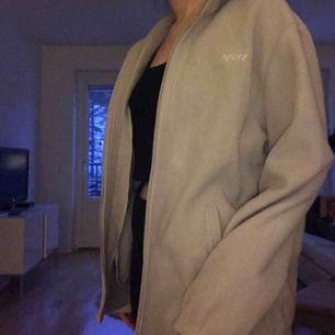 En beige fleece tröja från beyond retro! Passar olika storlek beroende på hur man vill att passformen ska vara. På mig är den lite oversized! Aldrig använd. Köparen står för frakt💖💖