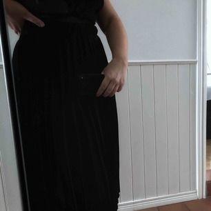 Knälång veckad kjol. Frakt ingår i priset.