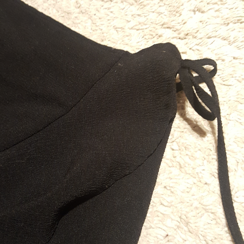 Svart volangkjol från H&M med knytning i sidan. Strl. 32. Sällan använd pga för liten för mig. True to size. Fint skick. Både knapp och