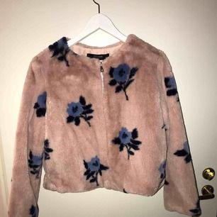 Jag säljer en mönstrad jacka/päls från Zara med dragkedja fram.  Den kommer från ett djur och rökfritt hem. Frakt tillkommer om du inte kan mötas upp i närheten.