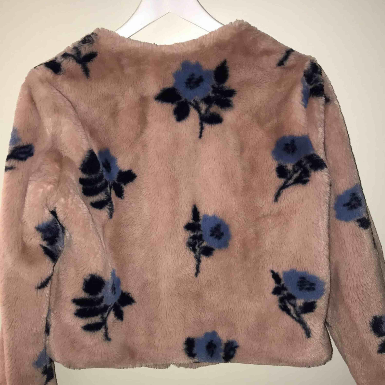 Jag säljer en mönstrad jacka/päls från Zara med dragkedja fram.  Den kommer från ett djur och rökfritt hem. Frakt tillkommer om du inte kan mötas upp i närheten.   . Jackor.
