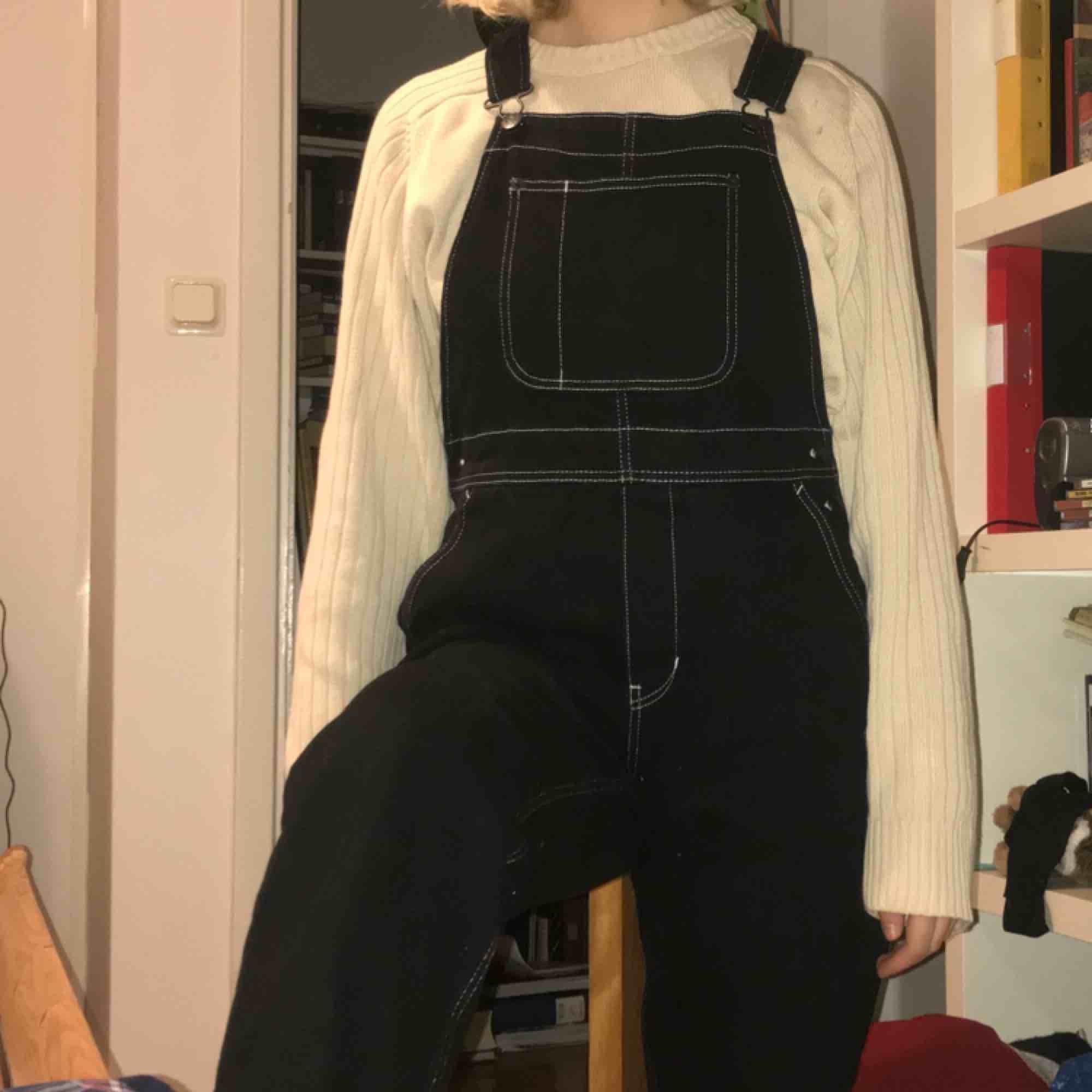 In princip oanvända svarta hängselbyxor med vit söm från monki. Nypris 600. + frakt. Jeans & Byxor.