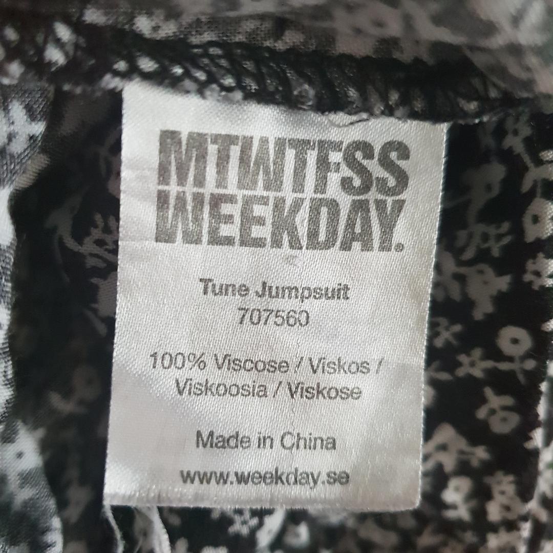 Söt jumpsuit från Weekday. Står ingen storlek men passar 36-38 skulle jag säga. . Övrigt.