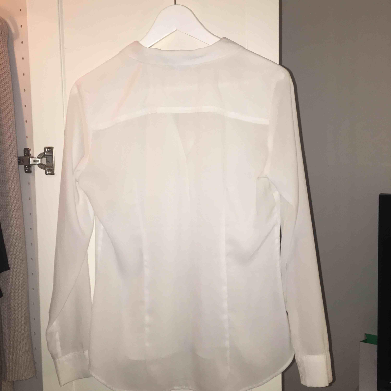 skjorta/blus från HM, tunt och blusliknande material. Liten i storlek . Blusar.
