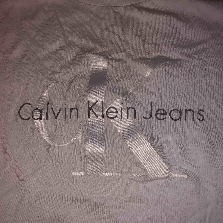 Säljer min Ck t-shirt som är äkta och köptes i USA. Behöver den inte mer för har en till. Använt max 3-4 gånget bara! tycker att den är väldigt fin och skön och UNIK❤️Gratis frakt<3. T-shirts.