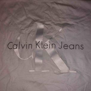 Säljer min Ck t-shirt som är äkta och köptes i USA. Behöver den inte mer för har en till. Använt max 3-4 gånget bara! tycker att den är väldigt fin och skön och UNIK❤️Gratis frakt<3
