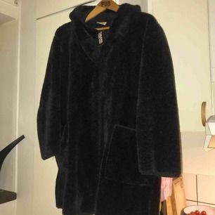 En fluffig jacka mörkgrå från humana (med luva) Prislapp kvar. Nyköpt. Saknades en knapp längst ner vid jackan vid köp. (Köpare står för frakt)