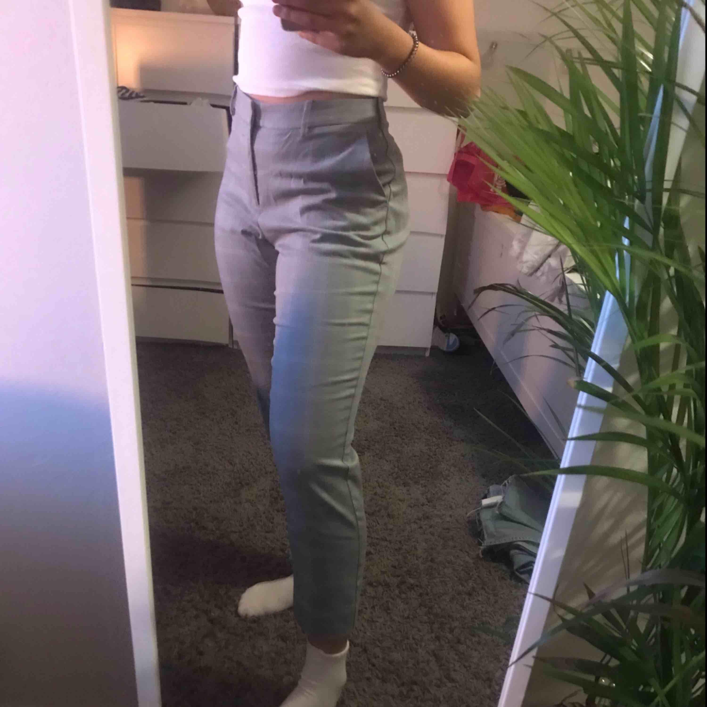 Fina kostymbyxor, aldrig använda. Frakten går på 39kr❤️. Jeans & Byxor.