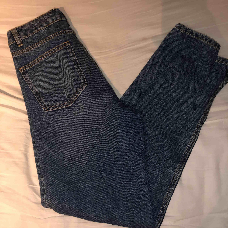 """Säljer """"mom jeans"""" dagens mode idag, fast tycker inte att den var fin på mig så tappade bort kvittot på den här och säljer den här istället! Har aldrig använt den och tycker färgen och knapparna är skitfina och passar fint. Gratis frakt ❤️🎉😘. Jeans & Byxor."""