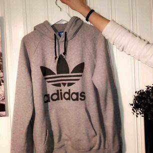 En fin adidas hoodie som knappt kommit till användning!! Den är äkta och funkar så för både killar & tjejer!🤩🌹