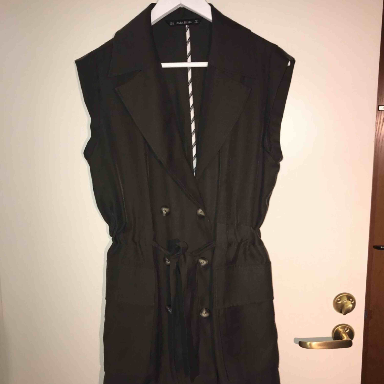 Jag säljer en grön trenchcoat liknade, jag har använt den som en klänning och knytit åt i midjan. Storlek: M Den kommer från ett djur och rökfritt hem.. Klänningar.