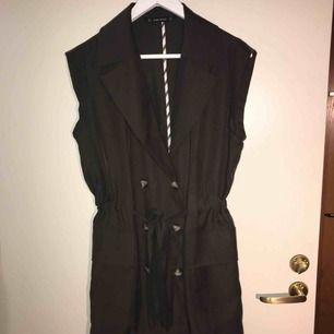 Jag säljer en grön trenchcoat liknade, jag har använt den som en klänning och knytit åt i midjan. Storlek: M Den kommer från ett djur och rökfritt hem.