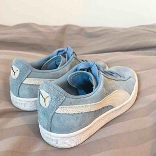 Säljer mina super fina Puma Suede skor som är inköpte i USA förra året. Skorna är knappt använda och där av säljer jag dom.