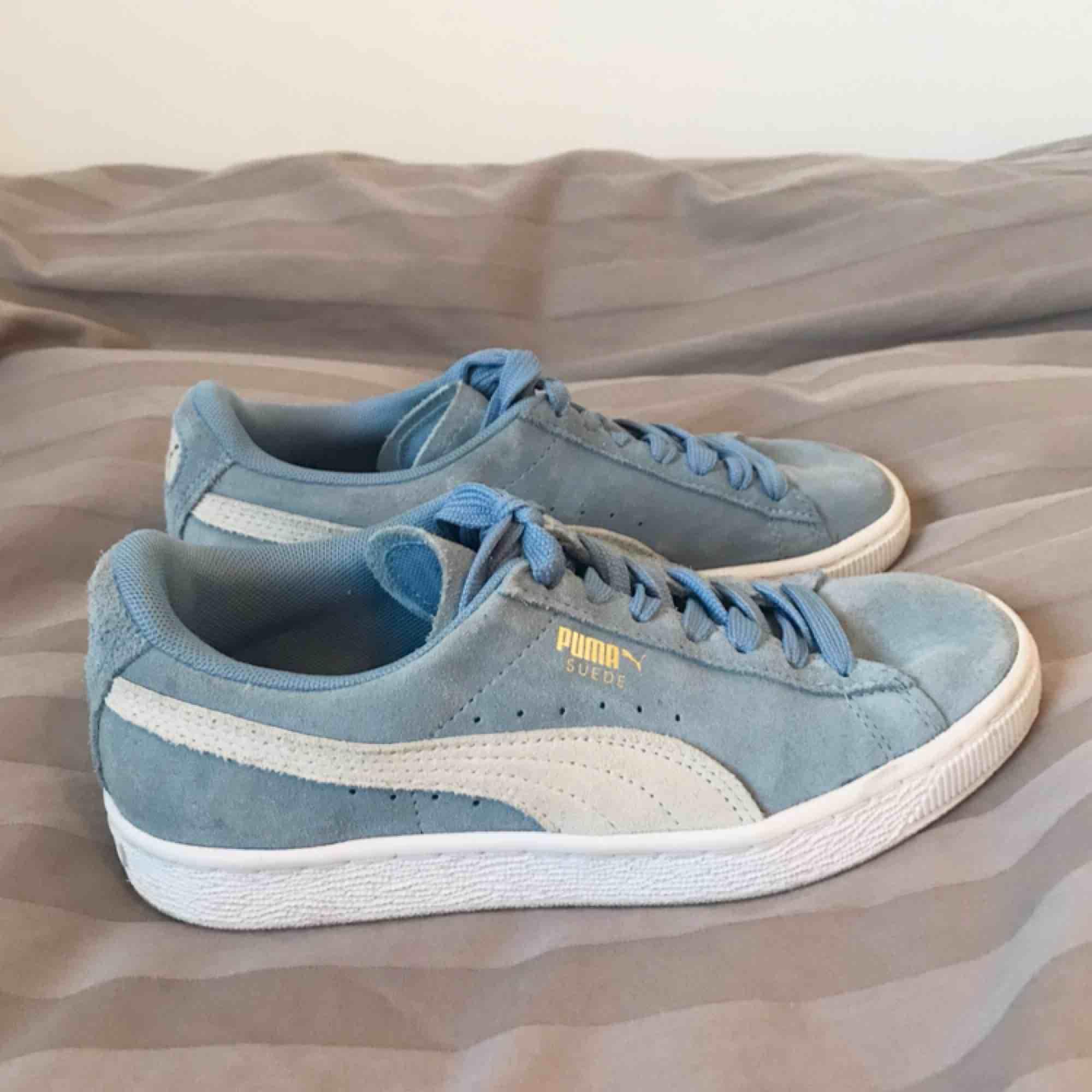 Säljer mina super fina Puma Suede skor som är inköpte i USA förra året. Skorna är knappt använda och där av säljer jag dom. . Skor.