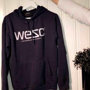 WESC hoodie, den är äkta och kommit till användning men är fortfarande i bra skick! För kille så är den XS och för tjej är den typ s/m! Pris kan diskuteras!🥀