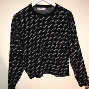 Jag säljer en stickad tröja från Zara.  Storlek: S Nypris: 349 kr