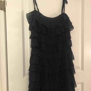 Säljer denna fina klänning med volanger, den är figursydd och sitter jättefint!
