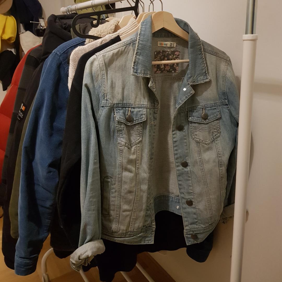 Jeansjacka som jag köpt second hand. Aldrig använd av mig, bara prövad. Inga hål eller större slitningar vad jag har sett 🌻. Jackor.