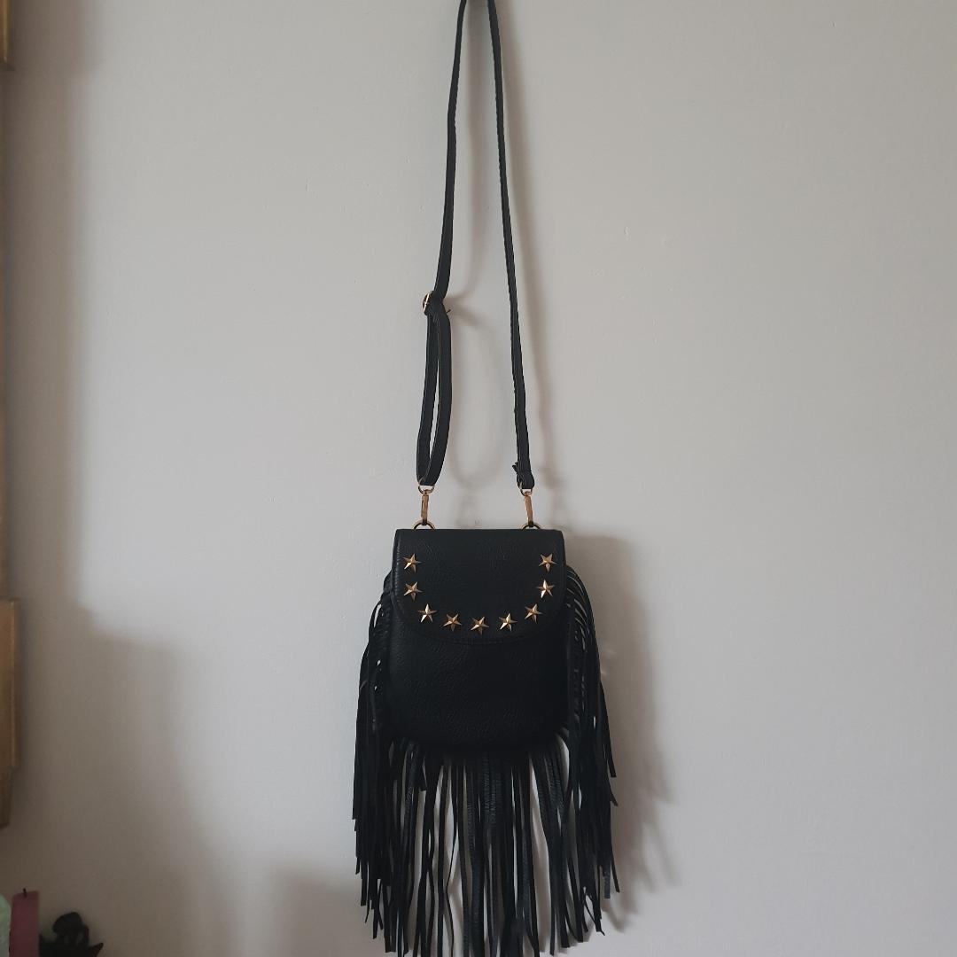 Snygg väska med justerbar axelrem! Aldrig använd. Kan även användes som magväska samt ta av axelrem.. Väskor.