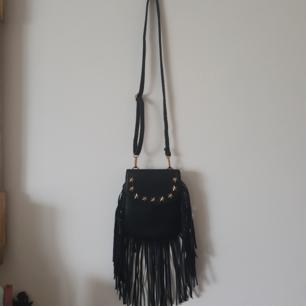 Snygg väska med justerbar axelrem! Aldrig använd. Kan även användes som magväska samt ta av axelrem.