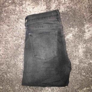 Gråa o stretchiga jeans från Levi's, storlek 26 i midjan, skulle gissa på 32 i längd. Modellen heter 710 super skinny. Skitsnygga o man får bra rumpa!