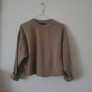 Vintage croppad tröja i storlek s men oversized. I beige.har croppad den själv.