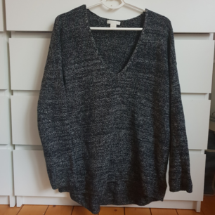 Stickad lång tröja från H&M concious collection storlek s. Oversized. Bra kvalité och varm