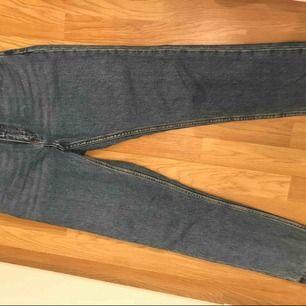 Säljer dessa mom jeans som är i en snygg blå färg. High Waist modell!