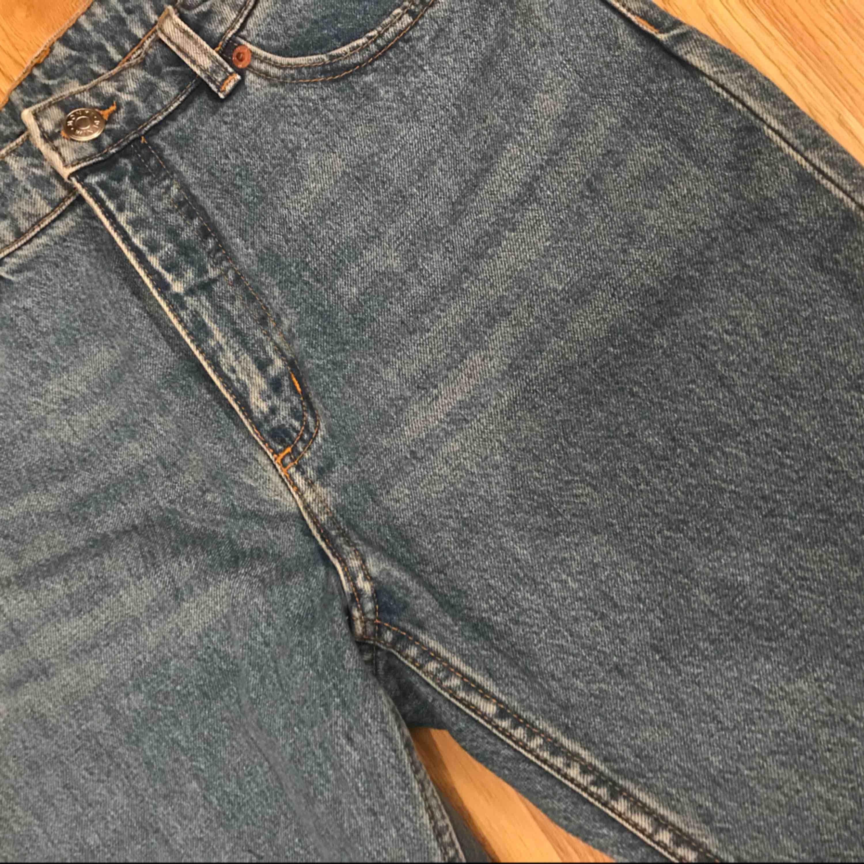 Säljer dessa mom jeans som är i en snygg blå färg. High Waist modell!. Jeans & Byxor.